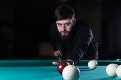 En man spelar en lek av pölen pöl göra poäng bollen arkivbild