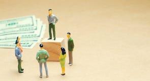 En man står och för upphetsning, auktion, offentliga försäljningar, investeringdragningen, webinar, scammers och den finansiella  arkivbild