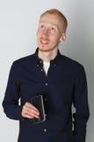 En man talar på telefonen och ler på arbete Vit bakgrund Bekläda beskådar Arkivfoton