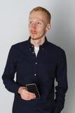 En man talar på telefonen och ler på arbete Vit bakgrund Bekläda beskådar Fotografering för Bildbyråer