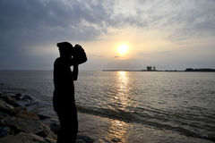 En man tar ett foto Arkivfoton