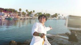 En man tar ettfoto av honom medan på semestern på havet arkivfilmer