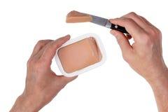 En man tar mjuka nya gras för en foie som pate från ett plast- kan intelligens arkivbild