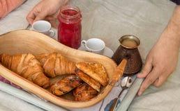 En man tjänar som frukosten i säng Arkivfoto
