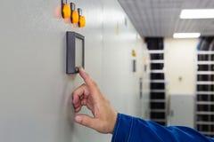 En man trycker på en knappkontroll Royaltyfri Foto