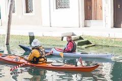 En man två på en kajak på den storslagna kanalen, venice, Italien Fotografering för Bildbyråer