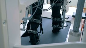 En man utbildar hans ben på en klinik, baksidasikt arkivfilmer