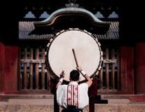 En man utför den traditionella japanska valsen arkivbilder