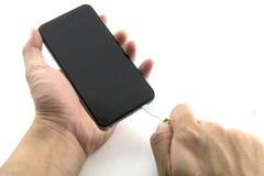 En man var repairmanen som He förbereder till mobiltelefonreparationen, han öppnade mobiltelefonskärmen royaltyfri bild