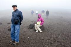 En man vilar stund som går upp Cotopaxi som är en aktiv stratovulkan i Ecuador Arkivfoton