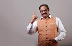En man visar hans pekfinger arkivfoto