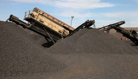 En mangaanmijnbouw die sorteren verwerken stock fotografie