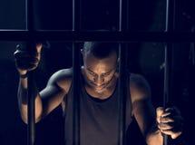 En mangripande i arresten royaltyfri bild