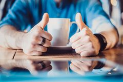 En manhand är att visa tummar upp och att indikera att han gillar eller godkänner av något Arkivbild