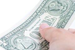 En manhand som betalar en US dollar räkningar på vit bakgrund, busin Royaltyfri Foto