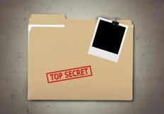 En manila mapp med den urblekta ordöverkanten - hemlighet på Royaltyfri Fotografi