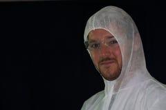 En manlig arbetare som bär en dammdräkt Arkivfoton