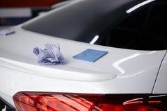 En manlokalvårdbil med microfibertorkduken, specificera eller tvätta begrepp för bil Selektivt fokusera royaltyfria foton