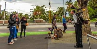 En manmusikband i Melbourne fotografering för bildbyråer