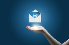 En mano de la empresaria el sobre con el mensaje electrónico Fotos de archivo libres de regalías