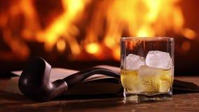 En mans hand häller någon whisky in i ett exponeringsglas stock video