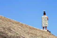 En Maori Figure står klockan Royaltyfri Fotografi