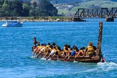 En maoriwaka, en ceremoniell kanot med traditionella carvings, på vattnet royaltyfri foto
