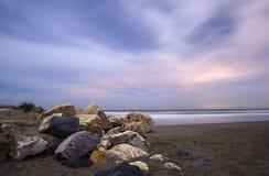En Marbella de Nocturna de la playa de Cabopino Fotos de archivo libres de regalías