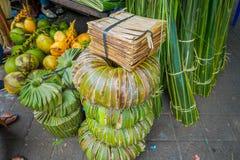 En marknad med några foods, blommor, kokosnöt i staden av Denpasar i Indonesien Arkivbild