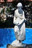 En marmorflicka med en kanna Royaltyfri Bild