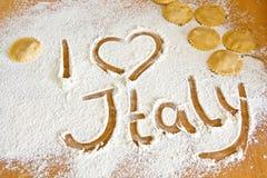 En marquant avec des lettres I aimez l'Italie sur la farine avec des ravioli Photos libres de droits