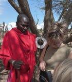En Masaichef, på ett masaimarknadsställe, Tanzania. Arkivbilder