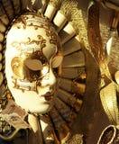En maskering för vit- & guldVenedig karneval royaltyfria bilder