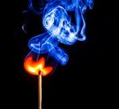 En match som fångar brand och bränning Arkivfoton