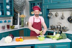 En matlagning för ung man i köket Sund mat - grönsaksallad Strikt vegetarian bantar Strikt vegetarian som bantar begrepp Sund liv Royaltyfri Fotografi