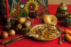 En maträtt av deg och grönsaker fotografering för bildbyråer