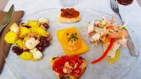 En maträtt av italienska aptitretare royaltyfria bilder