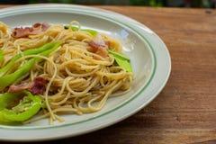 En maträtt av spagetti på trätabellen royaltyfri fotografi