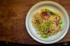 En maträtt av spagetti på trätabellen arkivbild