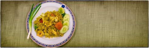 En maträtt av uppståndelse Fried Rice med curry, tioarmade bläckfisken och räka Arkivfoton