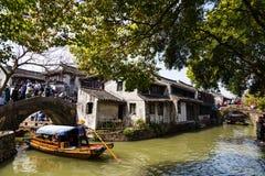 En mayo de 2017 - Zhouzhuang, China - los turistas aprietan el pueblo del agua de Zhouzhuang cerca de Shangai fotos de archivo