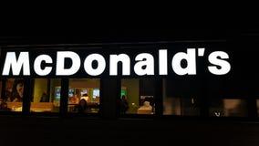 En McDonalds restaurang med dess upplysta tecken royaltyfri bild