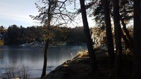 En medelkall solig dag vid sjön fotografering för bildbyråer