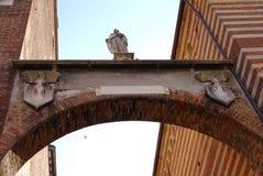 En medeltida båge i Verona, Italien Arkivbilder