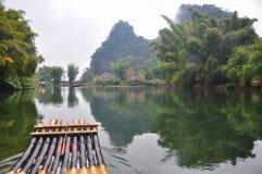 En medio del río de Yulong foto de archivo