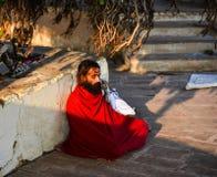 En meditera Sadhu under det Bodhi trädet Arkivbild
