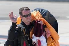 En medlem av Uen S Hoppa fallskärm guld- riddare för armé laget Arkivbild