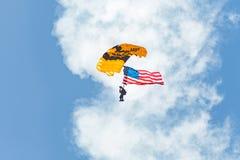 En medlem av Uen S Hoppa fallskärm guld- riddare för armé lagflys Arkivbild
