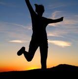 En meisje dat loopt springt Stock Foto