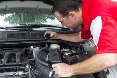En mekaniker Checking en ledar- cylinder royaltyfria bilder